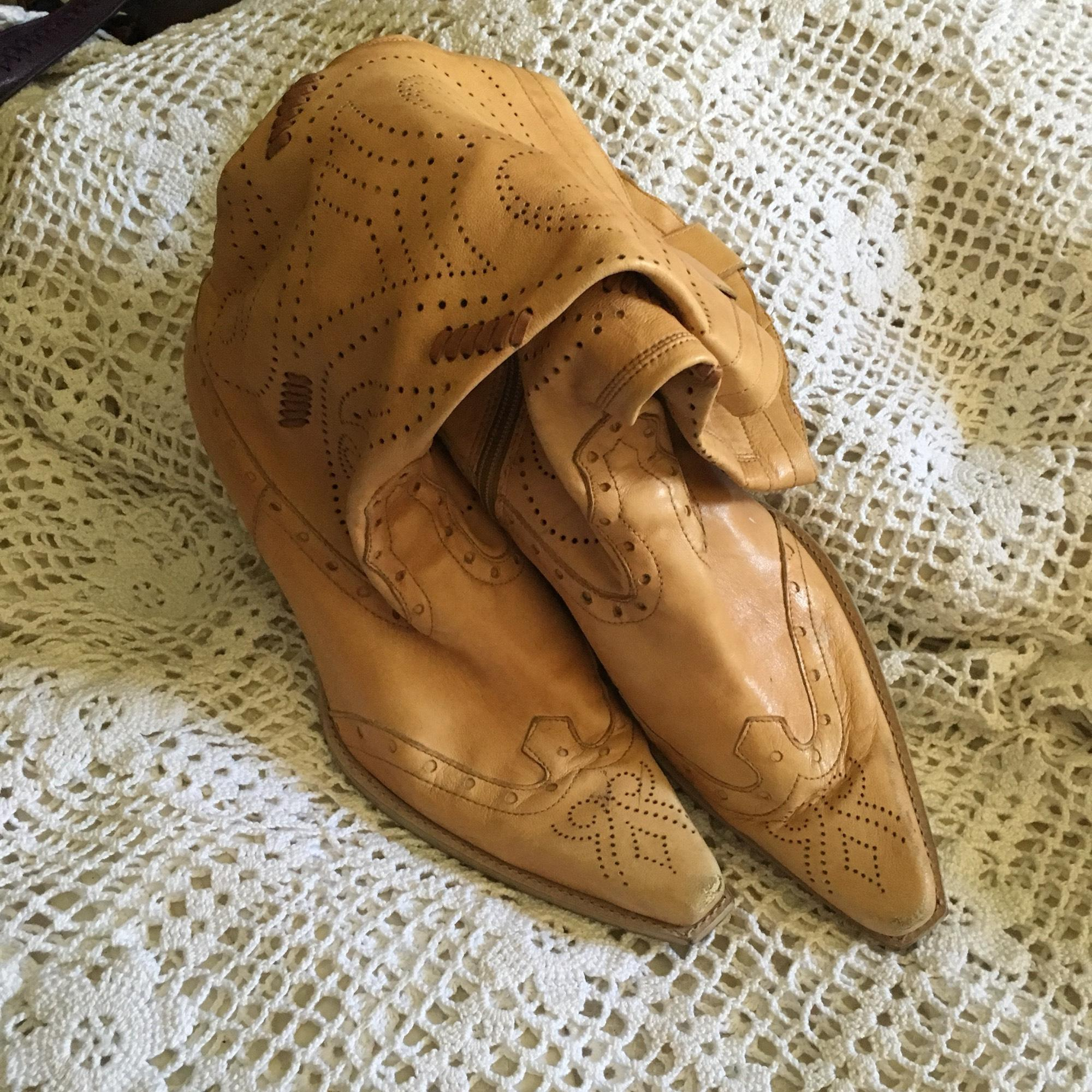 64893ef4c312 ... BCBGMAXAZRIA Tan Soft Fit Western Style Boots Booties Size US 9 9 9  Regular ...