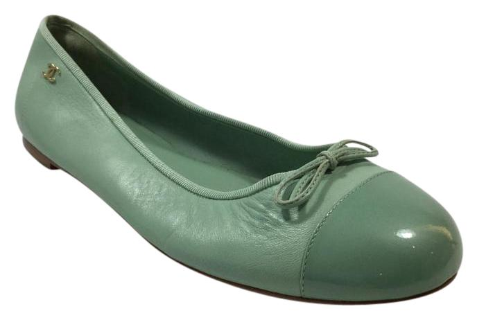 Women's Casual Flats. When it comes to this season's styles, the less-is-more approach is the way to go with flats. Ballet flats have long been a style staple for women.