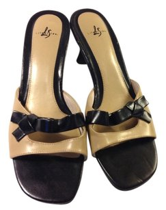 LifeStride Camel/Black Pumps