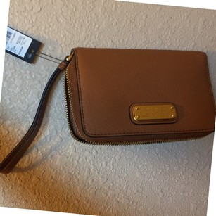 Marc by Marc Jacobs MBMJ 'New Q Wingman' LEATHER WRISTLET/WALLET in Maple TAN