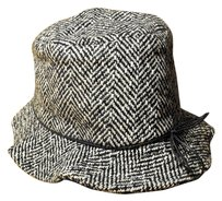 Newport News Black & white herringbone bucket hat. Size SM